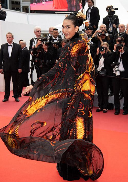 Chiếc áo choàng là một điểm nhấn đáng giá trên bộ trang phục của Trương Thị May, giúp cô trông quyền lực và sang trọng.Á hậu các dân tộc 2007