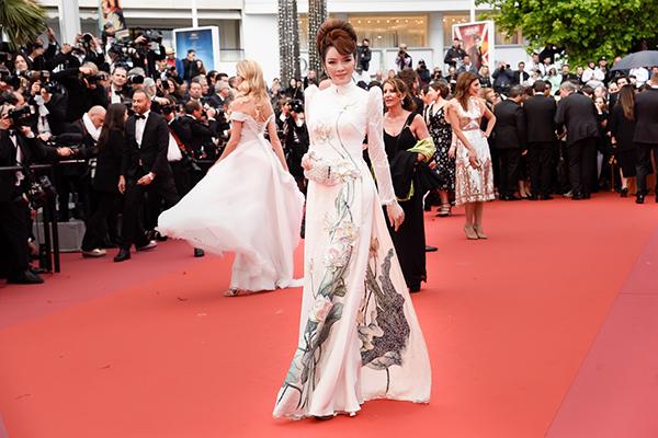 Lý Nhã Kỳ từng 5 lần tham dự LHP Cannes, mỗi lần đều rất chỉn chu trang phục để ghi điểm với bạn bè quốc tế. Ngoài những bộ váy dạ hội tiền tỷ từ các nhà mốt cao cấp nước ngoài, cô còn diện nhiều thiết kế Việt. Trên thảm đỏ Cannes 2018 ngày thứ sau, người đẹp được khán giả khen ngợi với hình ảnh nền nã trong tà áo dài.