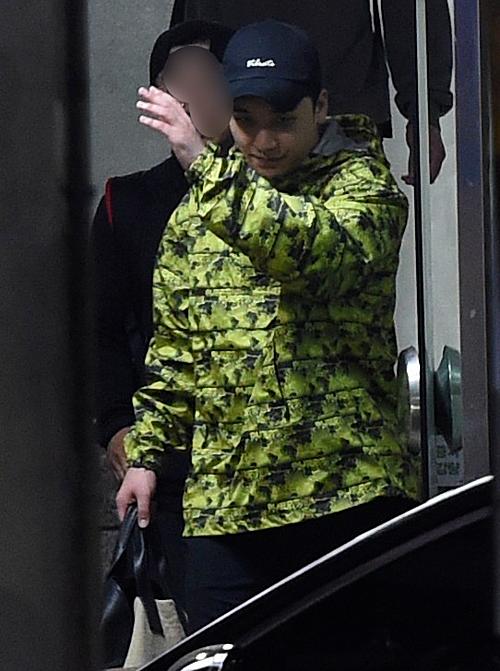 Seung Ri tươi cười khi được thả.
