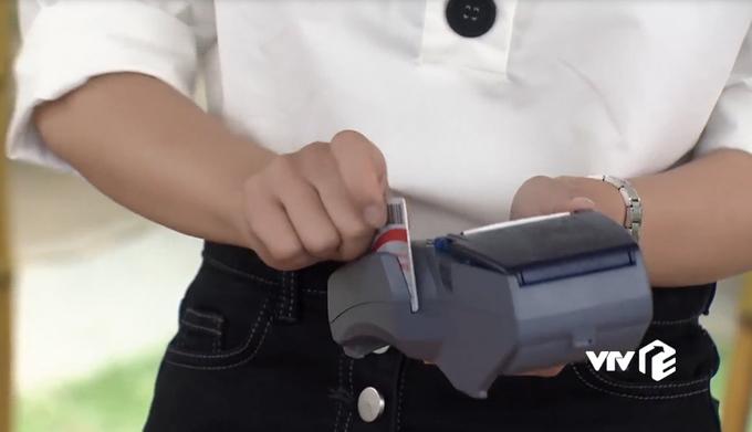 <p> Chiếc thẻ thứ hai Vũ đưa ra cho nhân viên nhà hàng quẹt không phải thẻ visa hay thẻ ATM mà lại là thẻ... thanh toán tiền điện.</p>