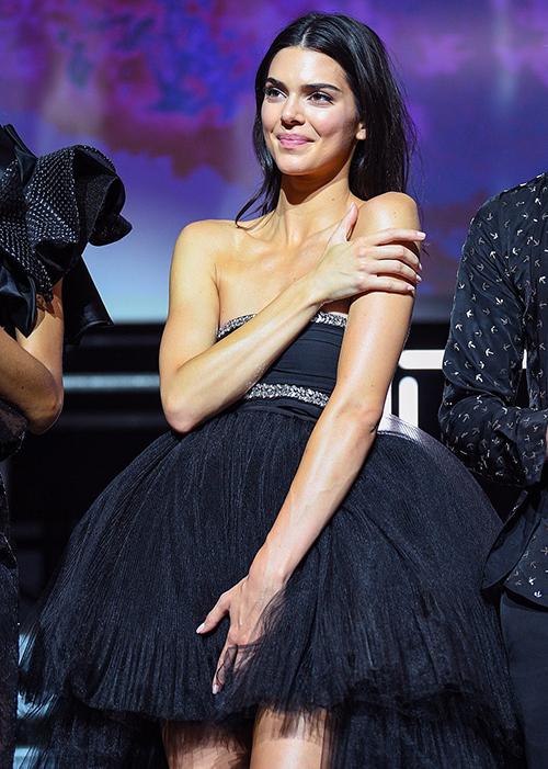 Cô được giao mặc một bộ váy quây đen, chất liệu tulle bồng xòe. Thiết kế không thực sự vừa vặn với vòng một khiến nhiều phen gần như sắp tuột.