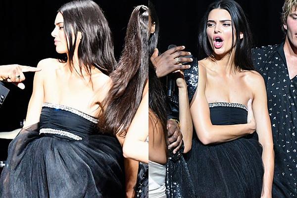 Vừa trình diễn, tham gia các hoạt động trên sân khấu, Kendall liên tục phải dùng tay che chắn, chỉnh sửa để tránh hớ hênh.