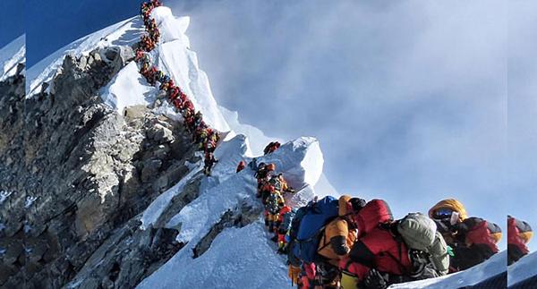 Hàng dài người nối nhau lên đỉnh Everest.