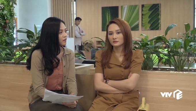 <p> Vũ đứng xa tít nhưng vẫn nghe rõ mồn một cuộc trò chuyện của hai chị em Thư - Huệ sau khi khám thai.</p>