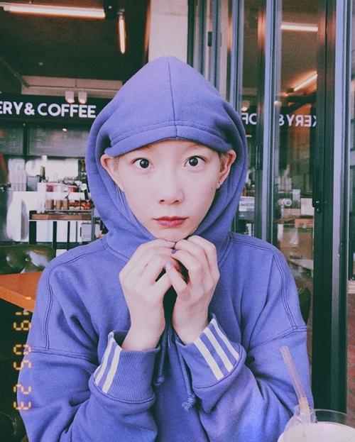 Tae Yeon cực cute với kiểu mặc hoodie đội mũ để lộ tai. Trưởng nhóm SNSD đã 30 tuổi nhưng có khuôn mặt trẻ con.