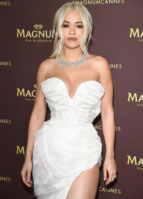 Tham dự một buổi tiệc tối ở Cannes, Rita Ora đeo vòng cổ kim cương có giá ước tính 4 triệu USD (khoảng 95 tỷ đồng). Đây là món đồ được cô mượn từ một thương hiệu trang sức cao cấp. Sau khi dự tiệc, Rita bay về Anh trước, cử một trợ lý đi chuyến bay sau chịu trách nhiệm mang chiếc vòng cổ về. Tuy nhiên người này vô tình... để quên hộp đựng chiếc vòng trên máy bay sau khi hạ cánh. Rita sau đó phải nhờ đến sự trợ giúp của cảnh sát để tìm kiếm chiếc vòng triệu đô mất tích.