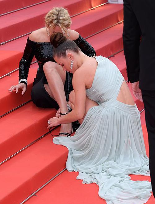 Thảm đỏ LHP Cannes ngày 11 còn chứng kiến cảnh tượng đẹp mắt khi người đẹp Virginie Efira gặp phải sự cố tuột dây giày và nhận được sự hỗ trợ tuyệt vời từ 2 đồng nghiệp.