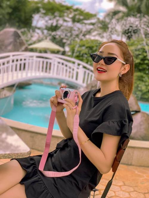 Minh Hằng cầm máy ảnh hồng rất xì tin, tranh thủ đi chụp ảnhtrong chuyến công tác đến Pleiku.