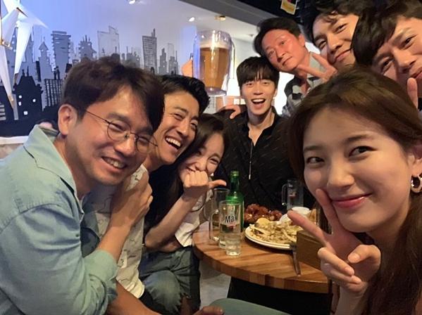 Bên cạnh Suzy, phim có sự tham gia của các diễn viên khác nhưLee Seung Gi, Shin Sung Rok, Kim Min Jong, Hwang Bora...