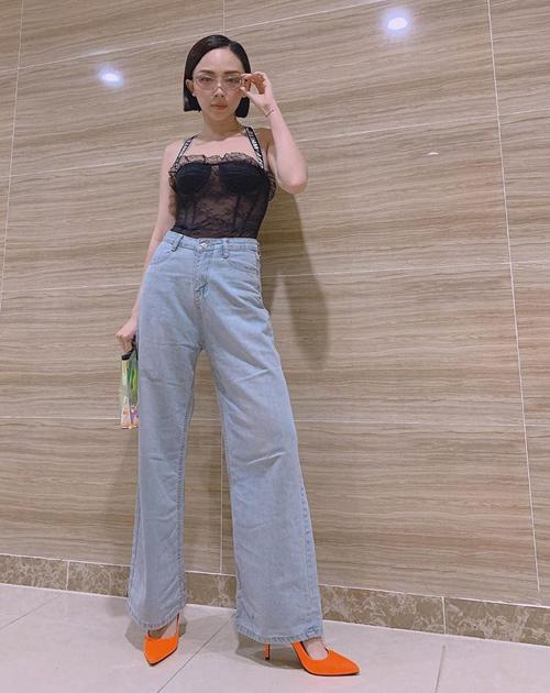 Tóc Tiên diện áo ren siêu mỏng chẳng khác gì nội y để khoe vẻ gợi cảm.