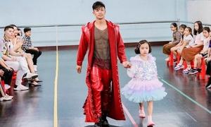 Trọng Hiếu được mẫu nhí 7 tuổi nổi tiếng thị phạm catwalk