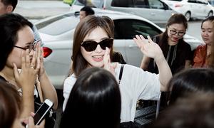 Hương Tràm chia tay fan ở sân bay khi đi du học