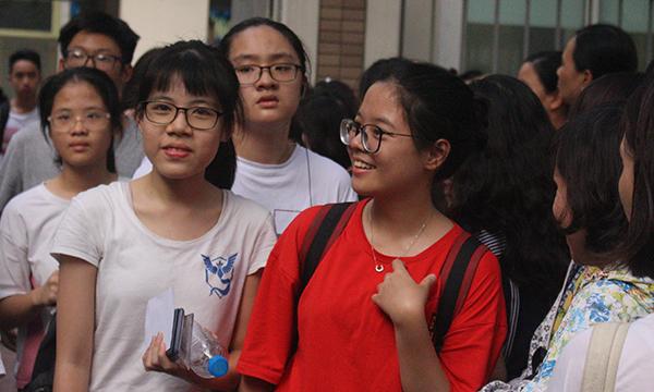 Các thí sinh thi kết thúc hai môn thi vào chuyên Ngoại ngữ.