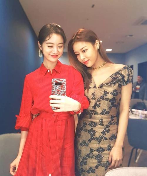 Hai cựu thành viên Wonder Girls, Hye Lim (trái) và Yu Bin, hội ngộ trong hậu trường Stage K.