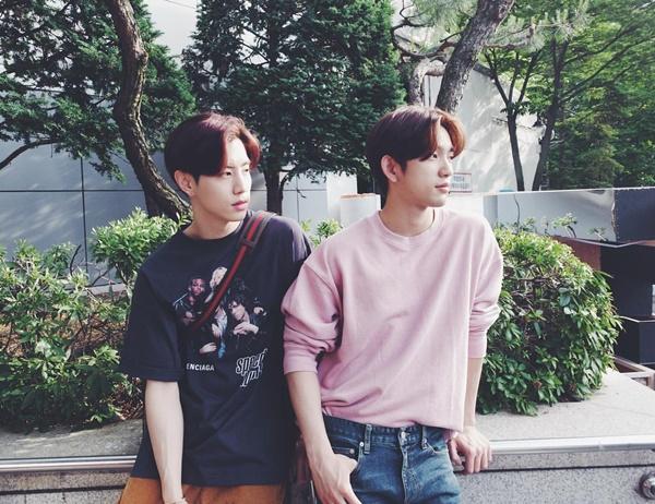 Mark (trái) và Jin Young của GOT7 để tóc hai mái giống nhau, tạo dáng như chụp tạp chí.