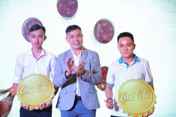 Ông Tôn Thất Đề (giữa) - Giám đốc thương mại toàn quốc Coca-Cola Việt Nam trao thưởng cho người thắng giải.