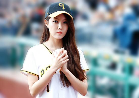 Năm 2012, Hyo Min vô tình để lộ tin nhắn mắng thành viên Hwa Young cùng nhóm. T-ara bị tẩy chân vì nghi vấn bắt nạt người mới. Từ một nhóm nữ nổi tiếng hàng đầu, T-ara bị cả Hàn Quốc tẩy chay. Nhiều năm sau, sự thật được sáng tỏ rằng chính các cô gái T-ara là người bị hại. Hwa Young thường nói dối, giở thói ngôi sao và đóng vai nạn nhân trong vụ scandal. Tuy nhiên, T-ara vẫn không thể lấy lại danh tiếng trước kia, nhóm tập trung hoạt động ở nước ngoài.
