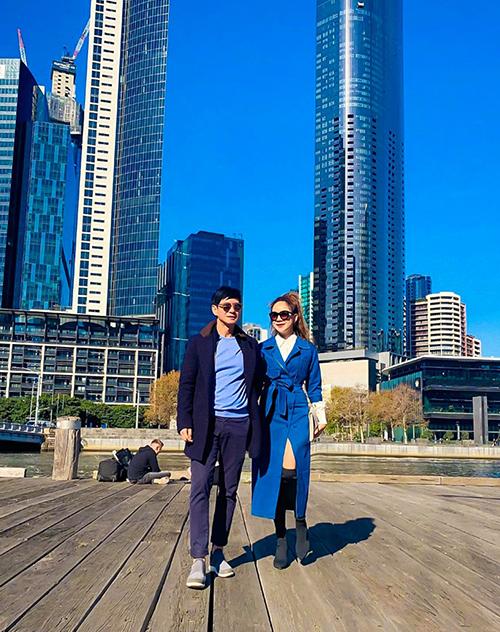 Hai vợ chồng Lý Hải - Minh Hà mặc tông xuyệt tông đi thăm Australia.