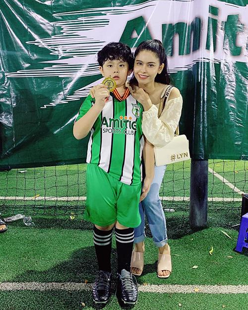 Trương Quỳnh Anh khoe con trai mang huy chương bóng đá về tặng mẹ.