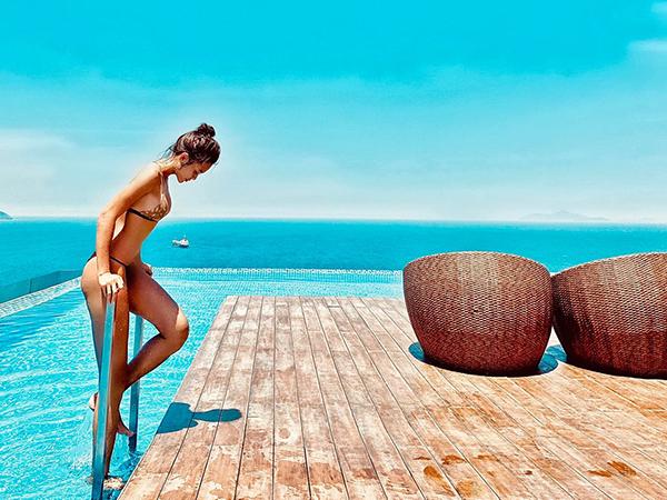 Mâu Thủy tự nhận mình là mực một nắng sau chuyến nghỉ dưỡng ở Đà Nẵng.