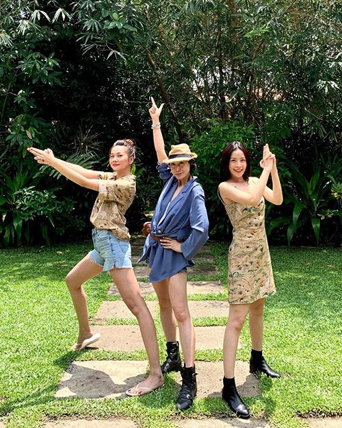 Bộ ba Thanh Hằng - Kathy Uyên - Chi Pu nhí nhố trong hậu trường đóng phim chung.