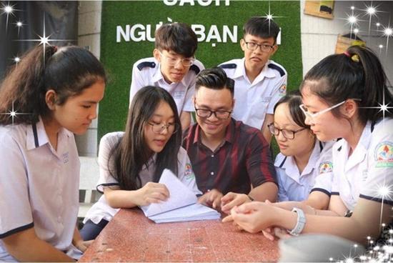 Thầy Đỗ Đức Anh bên các học trò thân yêu.