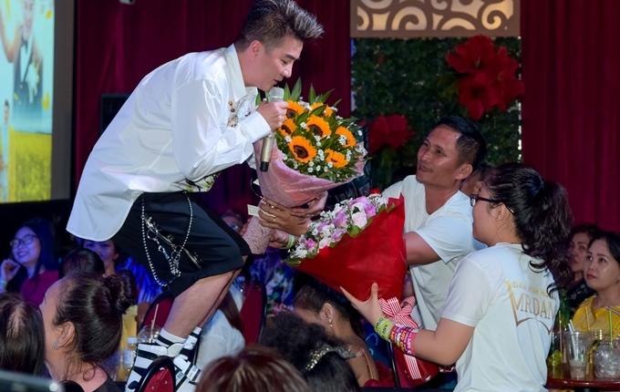 <p> Đàm Vĩnh Hưng liên tục nói lời cảm ơn vì tình cảm lớn của người hâm mộ.</p>