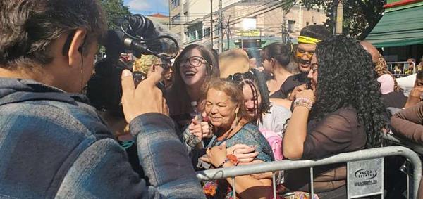 Trong số các fan Brazil tham dự concert lần nàycó một trường hợp đặc biệt: Một người phụ nữ 66 tuổi cùng với cháu gái 13 tuổi đãcắm trại bên ngoài sân vận động suốt 3 tháng trời (từ 20/2) để chờ dự concertcủa BTS.