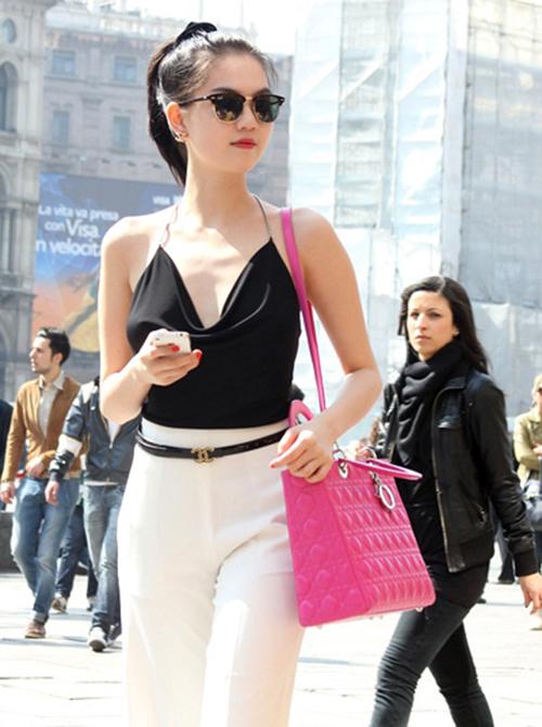 Cách ăn vận khác biệt khiến Ngọc Trinh thường xuyên thu hút sự chú ý của những người xung quanh khi sải bước trên phố.