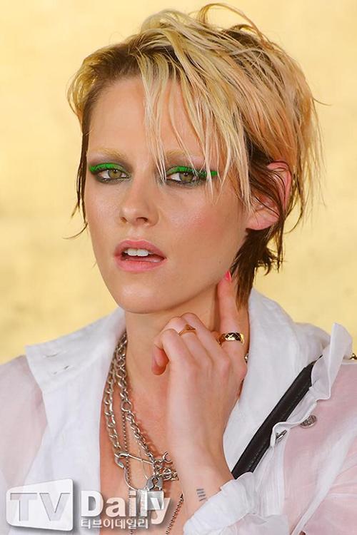 Trong sự kiện chiều 28/5, nữ diễn viên khiến nhiều người bất ngờ với cách đánh mắt xanh, nhuộm vàng lông mày.