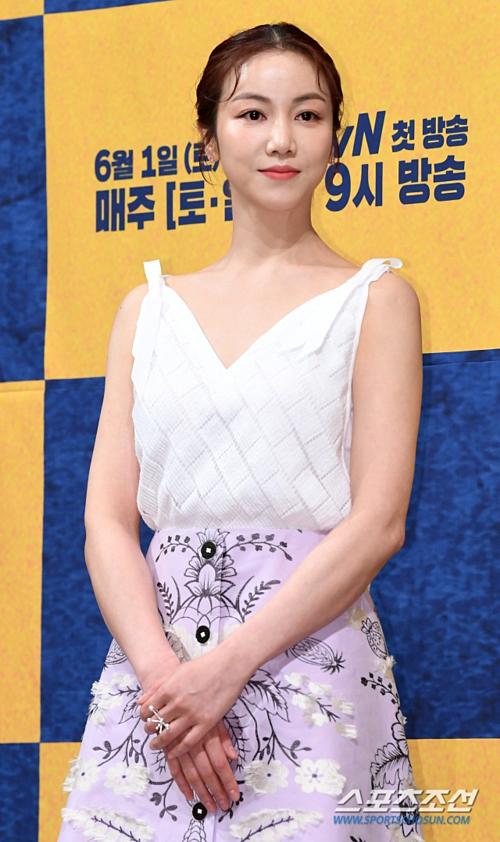 Còn Kim Ok Bin lại giữ khoảng cách với Song Joong Ki sau tin đồn cô là tiểu tam xen vào quan hệ vợ chồng Song - Song.