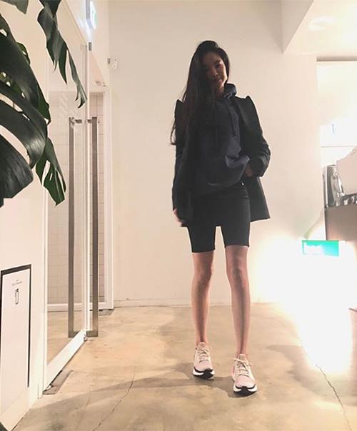 Vốn được mệnh danh là nữ hoàng quần legging, không có kiểu quần bó nào có thể làm khó Na Eun. Đôi chân thon dài của cô nàng được tôn lên với kiểu quần đang gây sốt. Nữ idol cũng rất khéo mix phong cách sporty tông xuyệt tông.