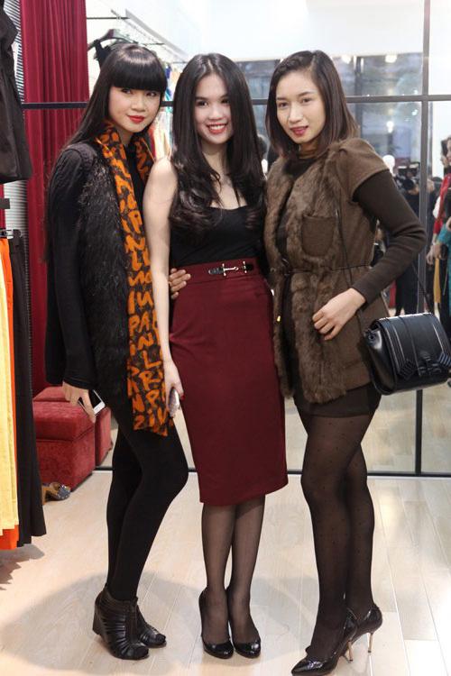 Ở Việt Nam, người đẹp cũng trung thành với phong cách sexy, dự sự kiện giữa mùa đông giá lạnh nhưng vẫn khoe dáng tích cực.