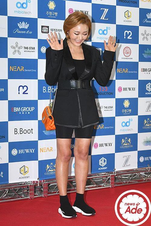 Park Jina lộ đôi chân xương xẩu với quần bó ngang đùi. Lối mix đồ cũng khiến cô bị chê thảm họa.