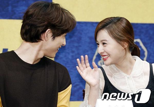 Kim Ji Won và Song Joong Ki vui vẻ nói chuyện với nhau.