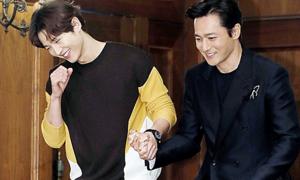 Song Joong Ki nắm chặt tay Jang Dong Gun ở họp báo phim