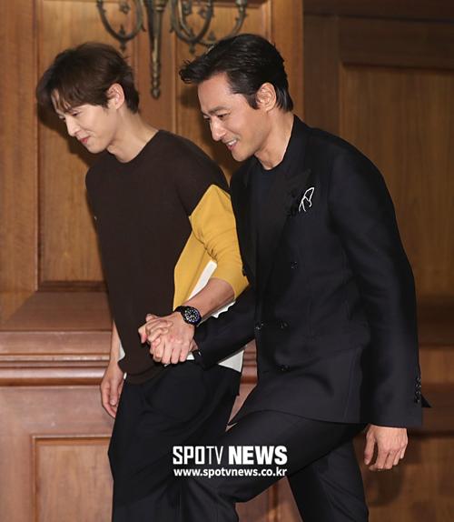 Song Joong Ki và Jang Dong Gun tay trong tay cùng nhau bước lên sân khấu.