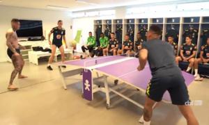 Neymar chơi bóng bàn bằng... bóng đá