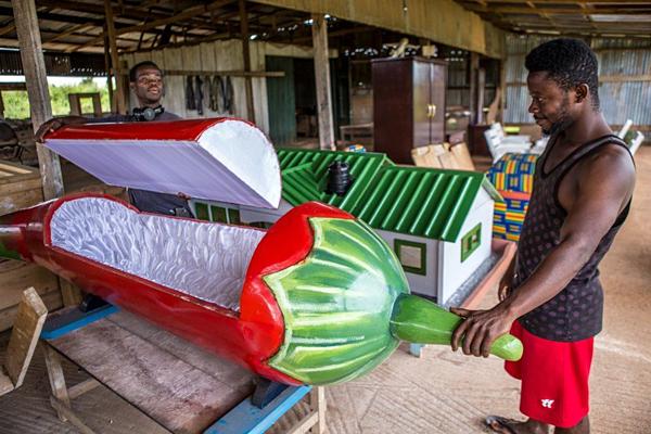 Bên trong xưởng sản xuất quan tài ở Ghana.