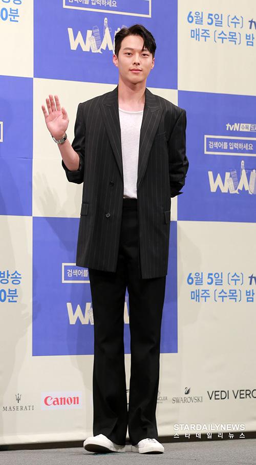 Jang Ki Yong là diễn viên mới nổi của làng giải trí Hàn Quốc. Nhờ gương mặt góc cạnh, thể hình tốt, anh chàng thường được giao vai sát thủ, cảnh sát.
