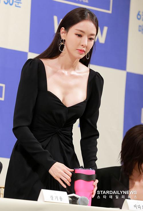 Những bức ảnh của Lee Da Hee trở thành đề tài hot trên nhiều diễn đàn. Netizen hết lời khen ngợi vẻ đẹp hiện đại, quyến rũ của nữ diễn viên.