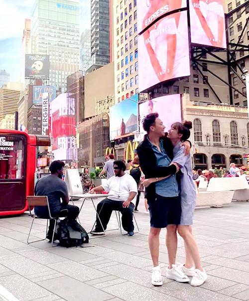 Trấn Thành và bà xã Hari Won ôm nhau tình tứ trên đường phố New York.