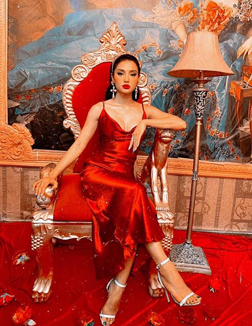 Phương Trinh Jolie sang trọng như bà hoàng.