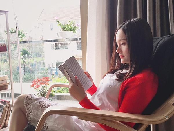 Kết thúc phim Nàng dâu order, Lan Phương mới có ngày thư giãn, thảnh thơi đọc sách.