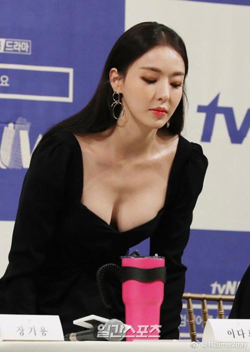 Trong một vài khoảnh khắc, Da Hee cúi người,