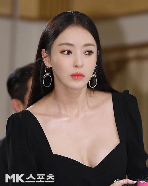 Chiều 29/5, đoàn làm phim Search WWW tổ chức cuộc họp báo trước giờ phát sóng. Nữ diễn viên Lee Da Hee trở thành tâm điểm chú ý nhờ chiếc váy khoét sâu, khoe vòng một căng đầy.