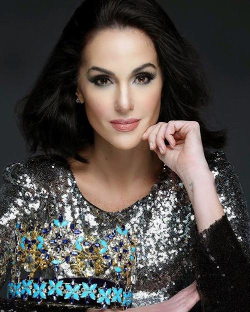 Jacqueline có vẻ đẹp sắc sảo, hiện đại. Cô còn từng chiến thắng trong cuộc thi Siêu mẫu Thế giới năm 1995.Hiện nay cô đang điều hành một công ty quản lý người mẫu tại Venezuela.
