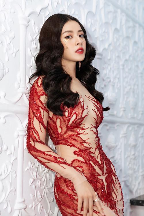 Trên thực tế, ngoài việc đính kết hạt, nhà thiết kế cũng sử dụng một lớp vải màu nude lót phía trong để tăng hiệu ứng gợi cảm, giúp Chi Pu trông sexy nhưng không lo bị hớ hênh.