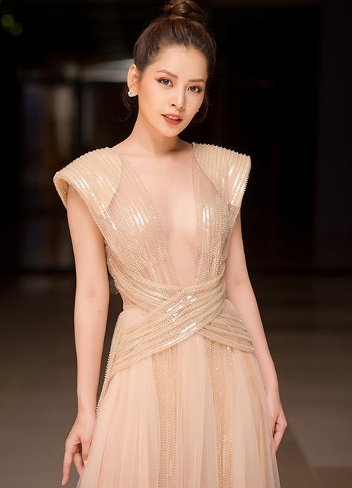 Thời gian gần đây, Chi Pu ngày càng bạo dạn trong ăn mặc. Người đẹp không ngại mặc những bộ cánh mỏng manh, xẻ cổ sâu khoe vòng một gợi cảm.