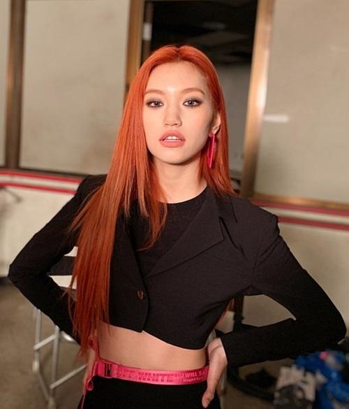 Do Yeon (Weki Meki) nhuộm tóc, makeup tông đỏ cam rực rỡ, thể hiện khí chất girl crush trong buổi chụp hình.